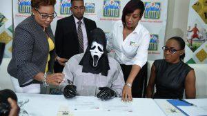 Zamaskovaný Jamajčan si výhru prišiel prevziať v maske