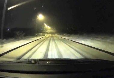 Keď ideš rýchlosťou 100 kmh po snehu a zabudneš, že ťa čaká zákruta