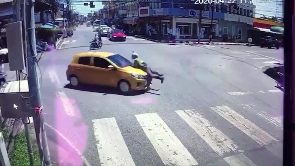 útek s policajtom na kapote